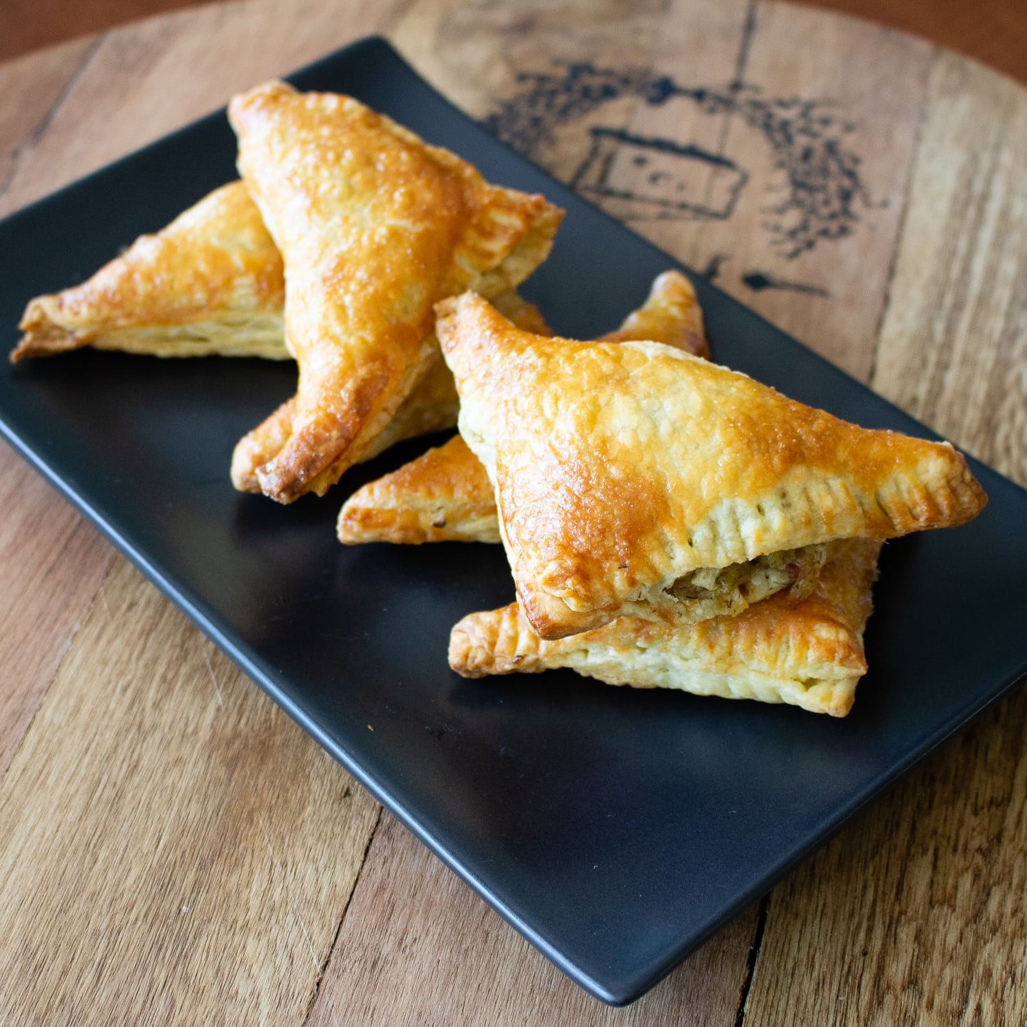 This is a recipe for cabbage puff pastries triangles, that is very easy to make and can satisfy a crowd, vegetarian or not.