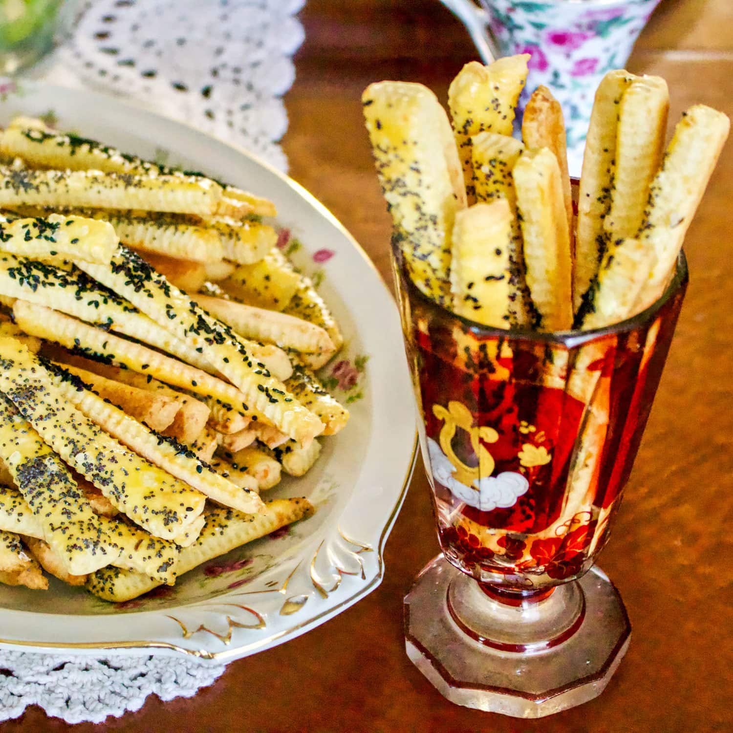 Cheese straws with feta and poppy seeds are a delicious way to serve your guests appetizers or snacks. These cheese straws go really well with beer.