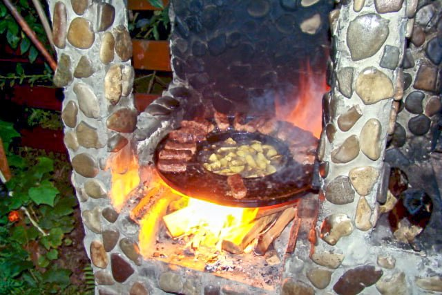 Mititei- Romanian Grilled Sausages are made with ground beef, garlic and other spices. They are served with mustard, bread, and cold beer.
