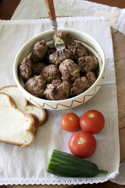 The Romanian meatballs (chiftele) recipe is a traditional Romanian one. Meat patties are made with ground meat, spices and bread crumbs, then deep fried.