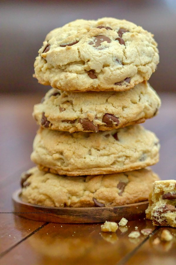 The Best Chocolate Chip And Walnuts Cookies recipe out there! This might be a keeper for some of you if you like soft cookies inside and crunchy outside. #chocolatechipcookies #easydessert #bestcookies #chocolatechip #cookies
