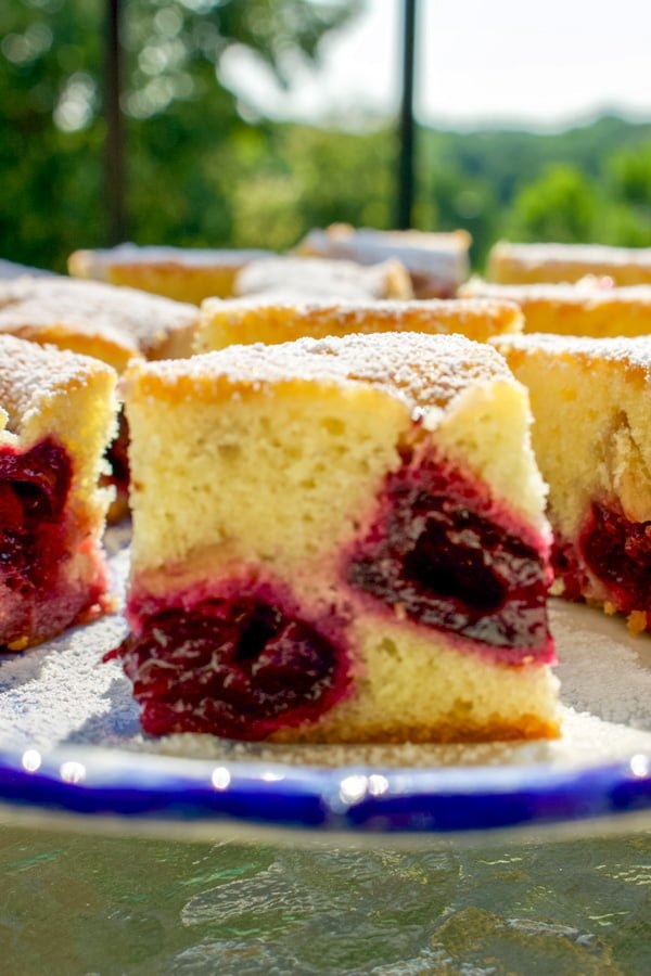 The Pound Cake with Fruits and Almond Flakes is a delicious recipe that can be made all year around using fresh fruits in season or frozen. The cake is not very sweet, but it is delicate and full of flavor. Cherries are the best if you combine them with almonds.