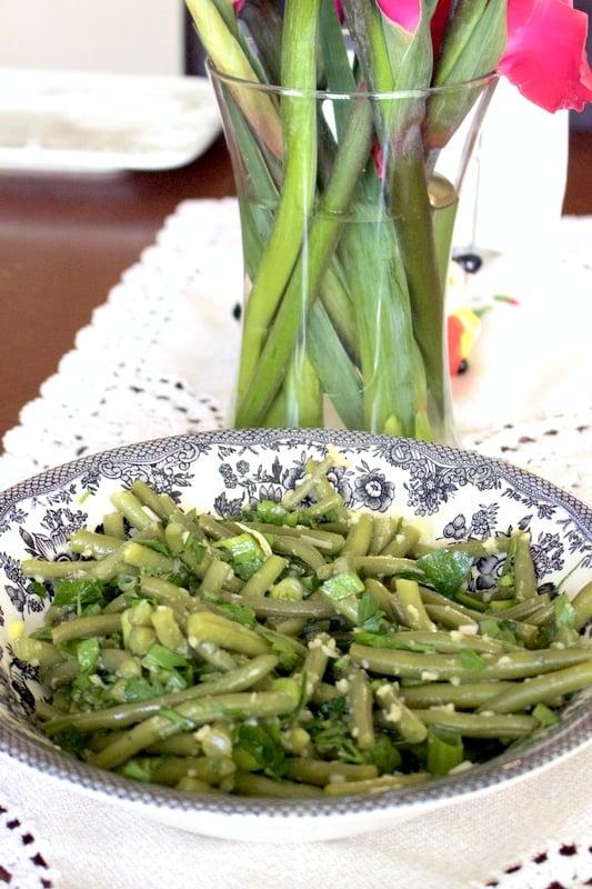 Romanian Garlic Green Beans Salad is a traditional summer salad. #Romaniancuisine #greenbeanssalad #greenbeans #easyrecipes