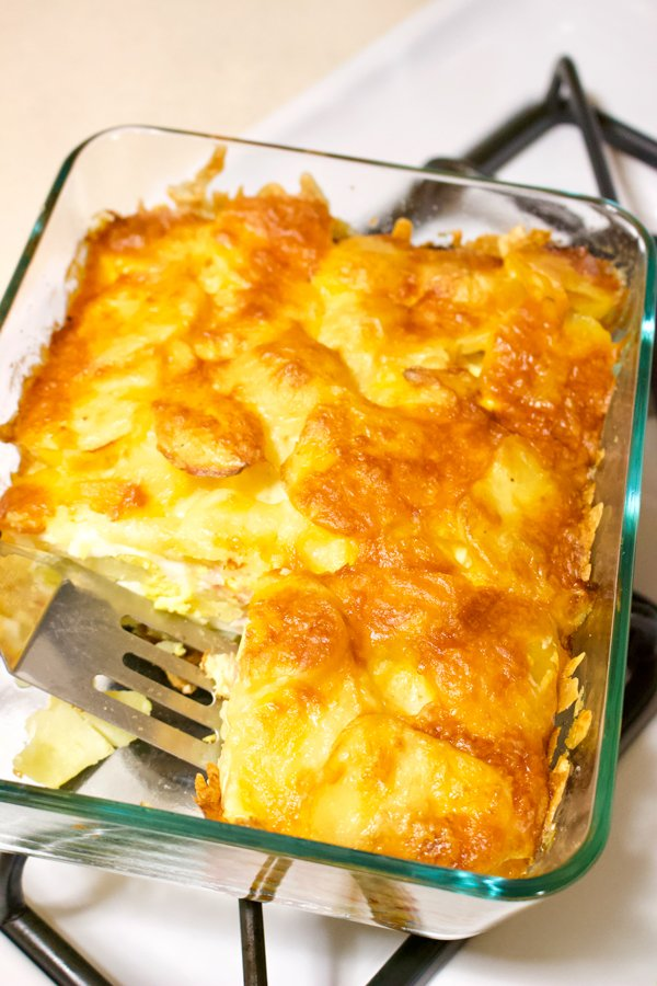 This recipe of scalloped potatoes with hard-boiled eggs is a very popular Romanian recipe. Layers of potatoes and boiled eggs, smothered in a sour cream and cheese sauce, then baked, the dish the dish is considered an easy option for lunch or dinner.