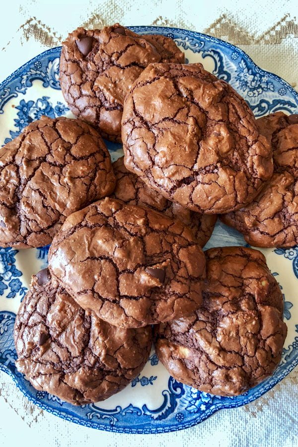 Today I will share with you this easy dark chocolate walnut cookies recipe. This recipe is a decadent, delicious and suitable way to satisfy any chocolate cravings and perfect for any chocolate lover.  There is dark chocolate, but there are also walnuts and chocolate chips and  everything together makes a divine cookie that will make you fall in love with.