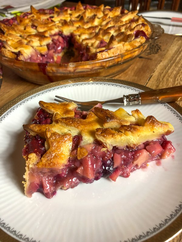 Apple And Berries Pies- If you are looking for a delicious pie for the holidays, look no more! This Apple and Berries Pie is the best! #applepie #Thanskgiving #easyrecipes #applerecipe #Mothersday #Laborday #Memorialday #holidays