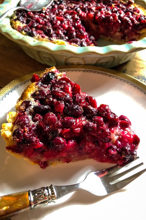 Looking for a pie that is different from the traditional pumpkin pie for the holidays? Here you have a Cranberry Custard Pie with Cream Cheese Crust that promises to be the star of the desserts on the table.